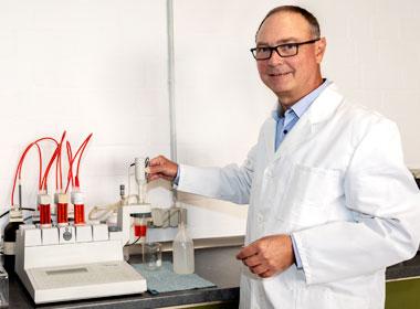 Dr. Uwe Dittmar - Laboratory Analysis - Quotation marks on the right - Graphische Technik und Handel Heimann GmbH, Pferdekamp 9, D-59075 Hamm